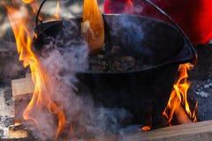 旅游常礼帽用在篝火的食物,烹调在远足,室外活动 肉饭的准备 库存照片