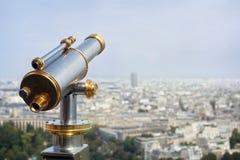 旅游投入硬币后自动操作的望远镜 免版税库存照片