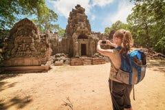 旅游拍摄的gopura和浅浮雕在吴哥,柬埔寨 免版税库存照片
