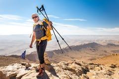旅游指南背包徒步旅行者常设沙漠山山顶峰顶分类 免版税图库摄影
