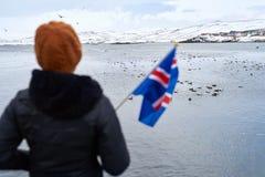 旅游挥动的冰岛旗子 免版税库存照片
