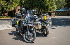 旅游摩托车在优胜美地村庄 到美国国家公园的旅游夏天旅行 库存照片