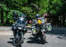 旅游摩托车在优胜美地村庄 到美国自然公园的旅游夏天旅行 免版税图库摄影