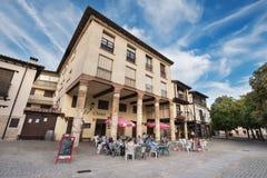 旅游放松在Covarrubias,布尔戈斯,西班牙的一个大阳台 免版税库存图片