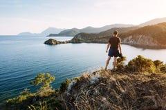 旅游敬佩土耳其海岸的蓝色地中海在晚上 免版税库存图片