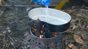 旅游无家可归者温暖在远足的罐 股票录像