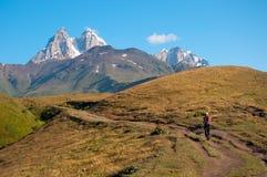 旅游日出在山上升 免版税库存图片