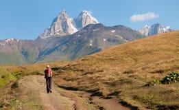 旅游日出在山上升 库存照片
