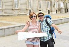 年轻旅游朋友结合西班牙一起微笑的参观的马德里愉快和轻松 库存照片