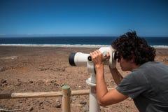 旅游望远镜在Cofete,费埃特文图拉岛,加那利群岛 库存照片