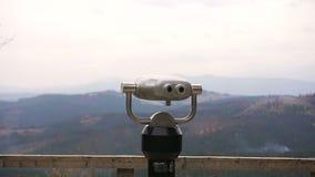 旅游望远镜看看在Bukovel的山 投入硬币后自动操作双眼 股票录像