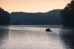 旅游木漂流在雾水库 免版税库存图片