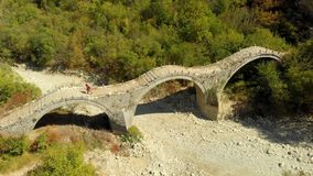 旅游横穿Plakidas的鸟瞰图成拱形Zagori地区石桥梁  影视素材