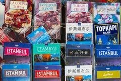 旅游海报和地图集象册伊斯坦布尔访客销售城市的游人的在街道购物 免版税库存图片