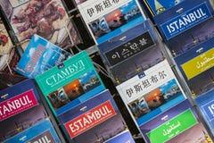 旅游海报和地图集象册伊斯坦布尔访客销售城市的游人的在街道购物 免版税库存照片