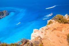旅游游船在Navagio咆哮,希腊 免版税图库摄影