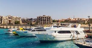 旅游游艇和小船在码头附近在洪加达 埃及 免版税库存图片