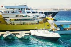 旅游游艇和小船在码头附近在洪加达 埃及 免版税库存照片