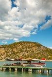 旅游游艇在码头附近站立 钓鱼地中海净海运金枪鱼的偏差 乌龟 免版税图库摄影