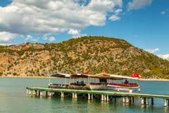 旅游游艇在码头附近站立 钓鱼地中海净海运金枪鱼的偏差 乌龟 免版税库存图片