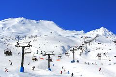 旅游滑雪和雪板运动在雪Mt Ruapehu 图库摄影