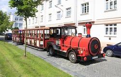 旅游火车在Benesov镇  免版税库存图片
