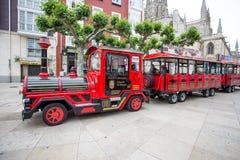 旅游火车通过市的街道布尔戈斯,西班牙 库存照片
