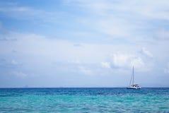 旅游白色游艇航行在美丽的海洋在普吉岛, Th 图库摄影