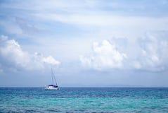 旅游白色游艇航行在美丽的海洋在普吉岛, Th 库存图片