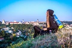 旅游的女孩看从高度的城市 库存照片