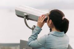旅游看通过投入硬币后自动操作的双筒望远镜 库存图片