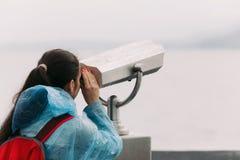 旅游看通过投入硬币后自动操作的双筒望远镜 免版税库存图片
