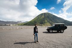 旅游租的游人吉普在布罗莫火山,活跃布罗莫火山是其中一个被参观的旅游胜地 库存图片