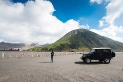 旅游租的游人吉普在布罗莫火山,活跃布罗莫火山是其中一个被参观的旅游胜地 免版税图库摄影