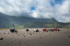 旅游租的游人吉普在布罗莫火山,活跃布罗莫火山是其中一个被参观的旅游胜地 库存照片