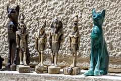旅游纪念品在狮身人面象附近的待售在吉萨棉在开罗,埃及 库存照片