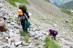 旅游背包徒步旅行者的山 库存照片