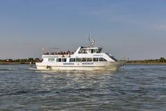 旅游船在接近Burano,意大利的威尼斯式盐水湖航行 免版税库存图片