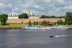 旅游船在码头,在河Volkhov的多云7月天 假定招标veliky教会的novgorod 免版税库存图片
