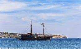 旅游船在离耶拉派特拉的附近希腊,克利特海岸  免版税库存照片