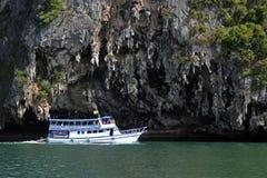 旅游船沿海岛航行在安达曼海 库存照片