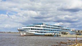 旅游船,伏尔加河 免版税库存照片