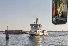 旅游船Tiepolo在威尼斯盐水湖在日落,意大利航行 免版税库存照片