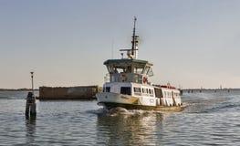 旅游船Tiepolo在威尼斯盐水湖在日落,意大利航行 库存图片