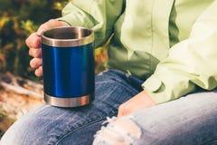 旅游茶热量杯子在妇女手上 库存照片