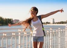 旅游蓝天太阳镜白色衬衣蓝色牛仔裤短缺 图库摄影