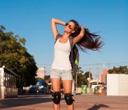 旅游蓝天太阳镜白色衬衣蓝色牛仔裤短缺 免版税图库摄影