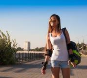 旅游蓝天太阳镜白色衬衣蓝色牛仔裤短缺 免版税库存照片