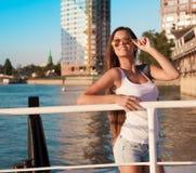 旅游蓝天太阳镜白色衬衣蓝色牛仔裤 免版税库存图片