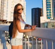 旅游蓝天太阳镜白色衬衣蓝色牛仔裤 免版税图库摄影